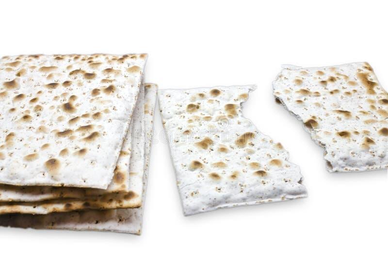 Una foto di due pezzi di matzah o di matza isolati su fondo bianco Matzah per le feste ebree di pesach Posto per testo, co fotografia stock