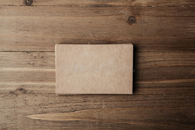 Una foto di due pile di carte di impresa artigiana in bianco sul fondo del tessuto fotografie stock