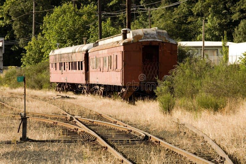 Una foto di riserva di due vecchie automobili di treno rosse immagini stock