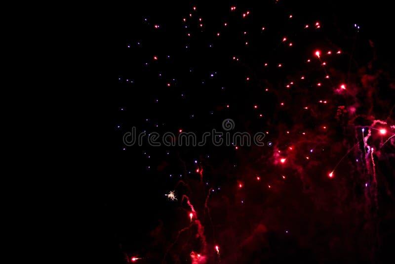 Una foto di un saluto nel cielo notturno Struttura luminosa dei fuochi d'artificio festivi Fondo astratto di festa con il vario f fotografie stock libere da diritti