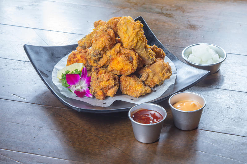 Una foto saporita di cucina del pollo fritto nel grasso bollente fotografia stock
