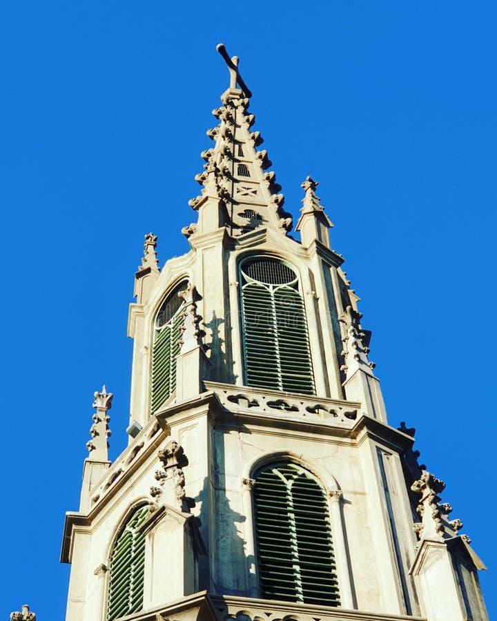 Catedral viña del mar. Una foto tomada al revés, está invertida, es la foto del reflejo de unas palmeras sobre una piscina royalty free stock images