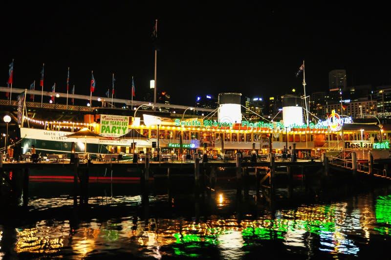 Una fotografía de la noche del restaurante del steyne del sur y del centro flotantes de la función, en Darling Harbour imagenes de archivo
