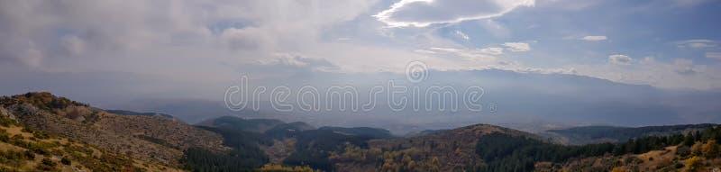 Una fotografía de la silueta de las montañas con niebla y sol imágenes de archivo libres de regalías