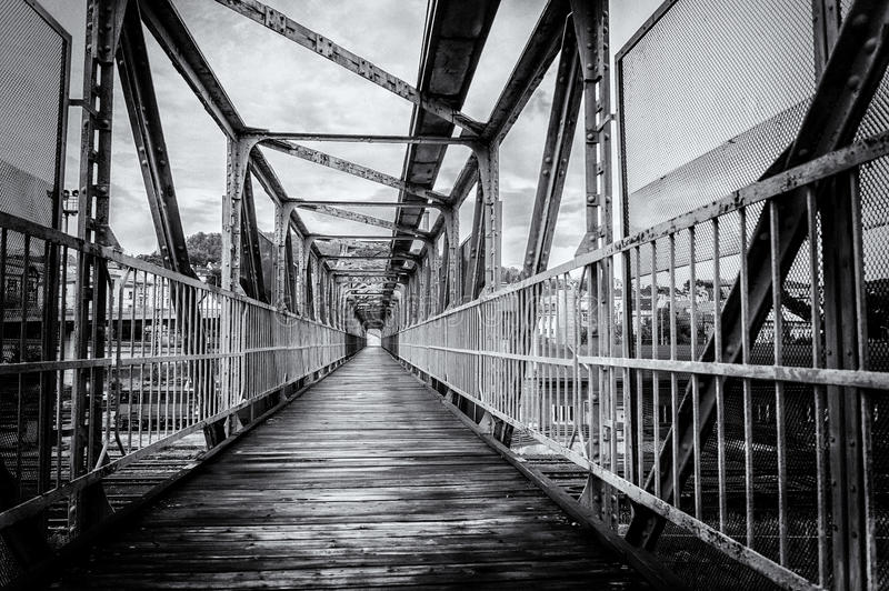 Una fotografia in bianco e nero di un ponte immagine stock libera da diritti