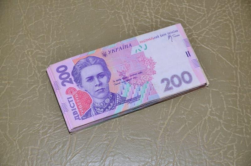 Una fotografia del primo piano di un insieme di soldi ucraini con un valore nominale del hryvnia 200, trovantesi su una superfici fotografie stock libere da diritti