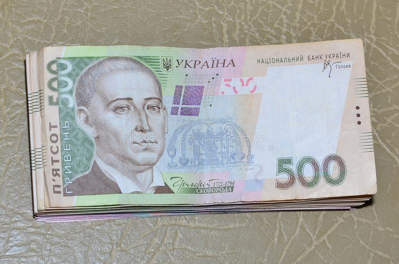 Una fotografia del primo piano di un insieme di soldi ucraini con un valore nominale del hryvnia 500, trovantesi su una superfici immagini stock