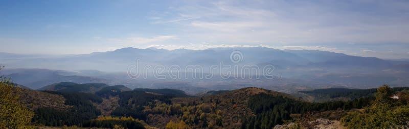 Una fotografia della siluetta delle montagne con nebbia fotografia stock libera da diritti