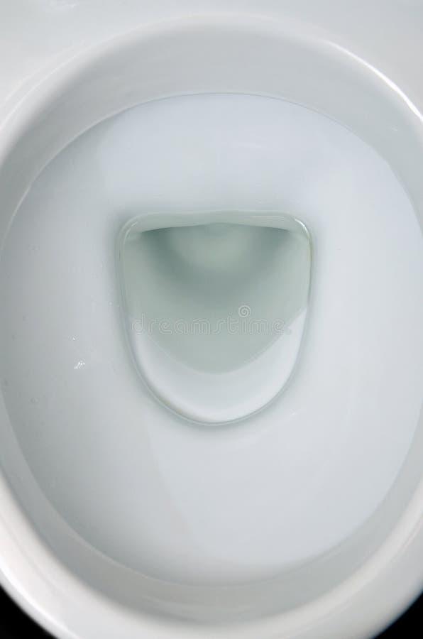Una fotografia di una ciotola di toilette ceramica bianca nello spogliatoio o nel bagno Articoli sanitari ceramici per la correzi immagine stock