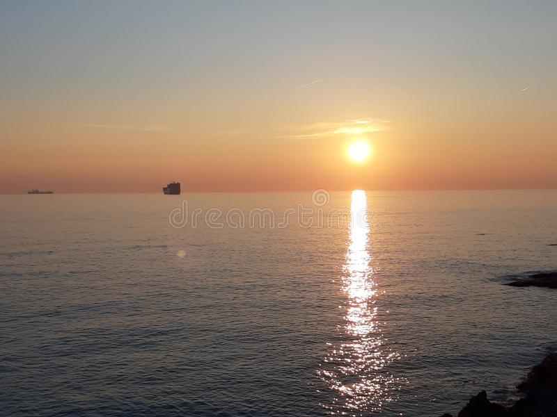 Una fotografia stupefacente del tramonto sopra il mare immagini stock
