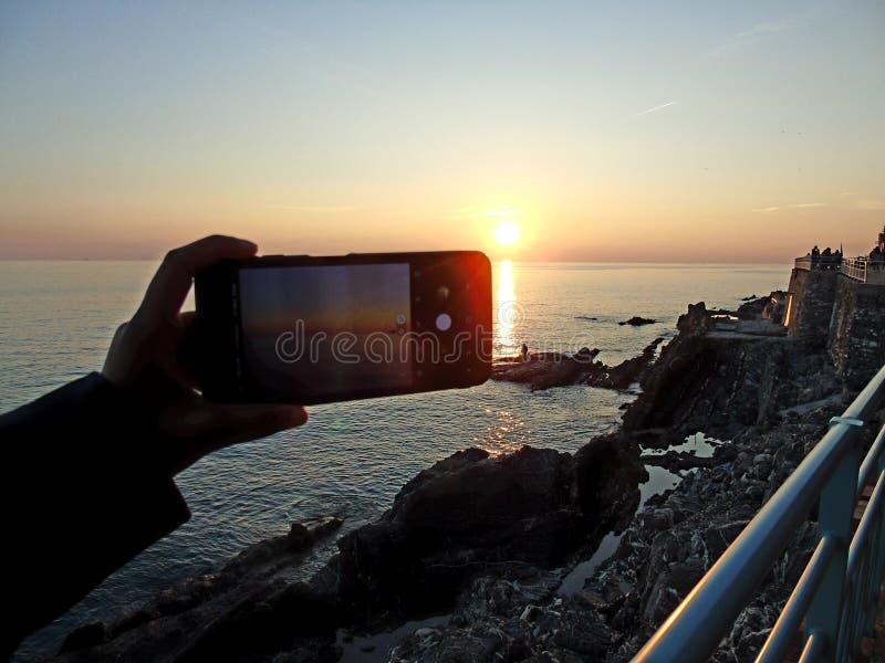 Una fotografia stupefacente del tramonto sopra il mare fotografia stock libera da diritti