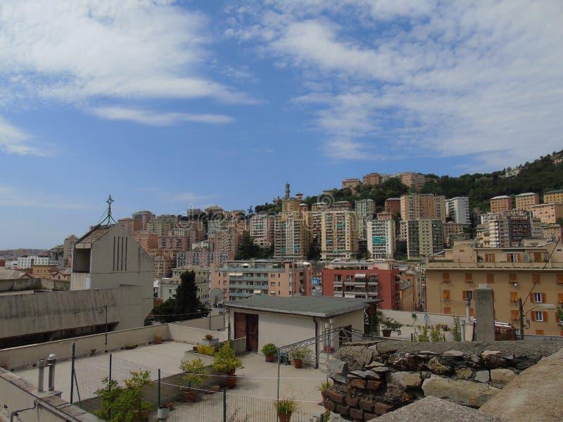 Una fotografia stupefacente di una certa edilizia popolare a Genova fotografia stock libera da diritti