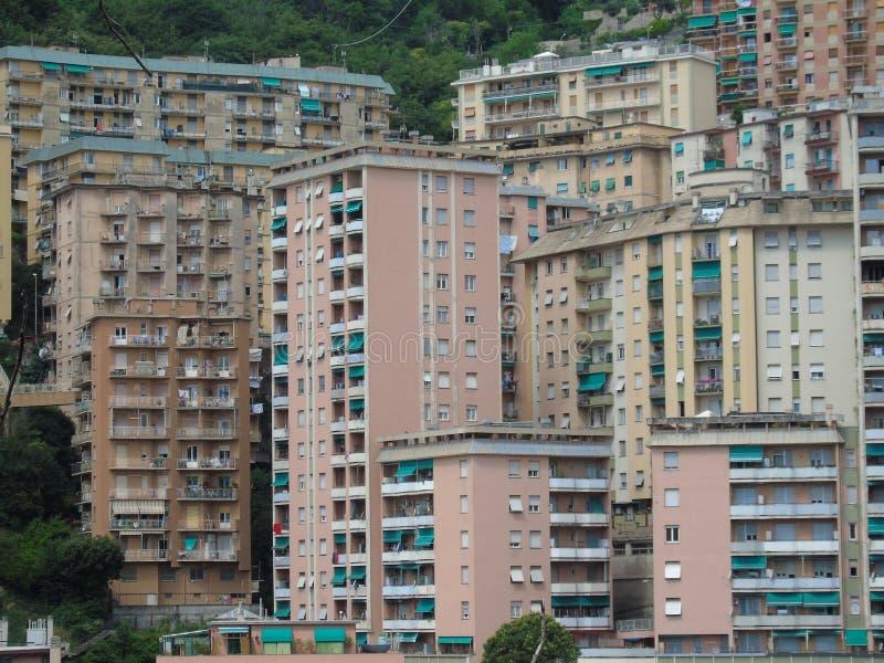 Una fotografia stupefacente di una certa edilizia popolare a Genova fotografie stock libere da diritti