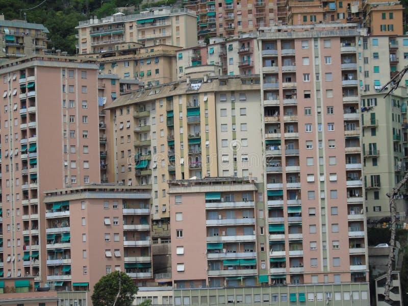 Una fotografia stupefacente di una certa edilizia popolare a Genova immagine stock