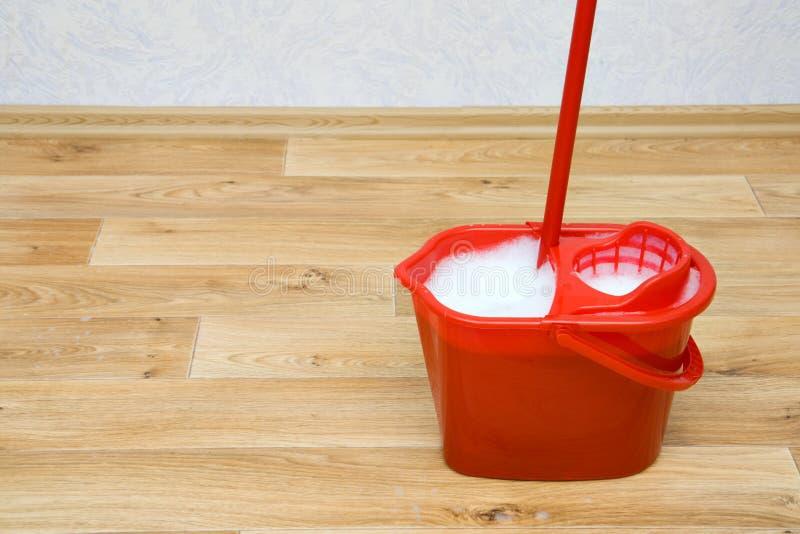 Una fregona roja en un compartimiento imagen de archivo libre de regalías