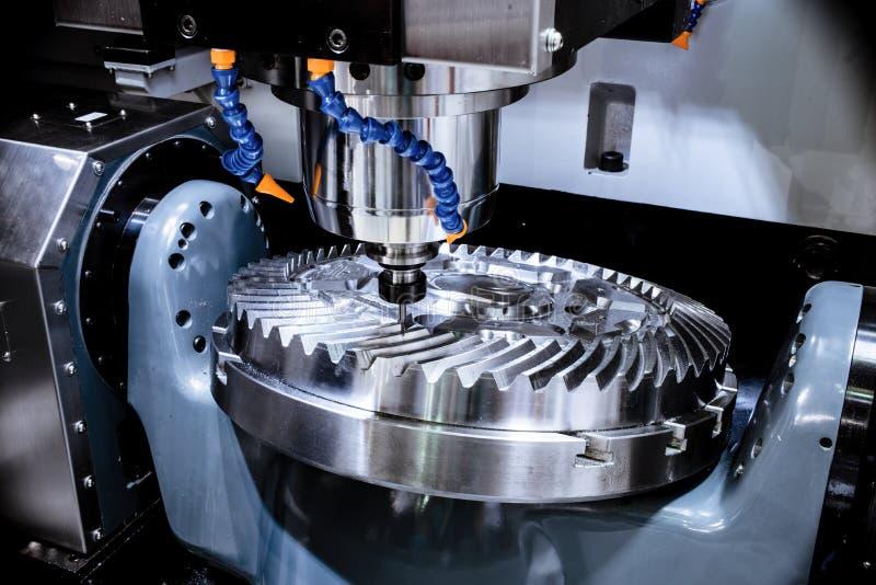 Una fresadora moderna del CNC hace una rueda dentada grande fotos de archivo