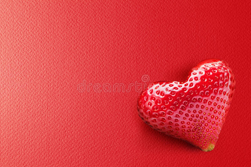 Una fruta rica de la fresa en la forma de corazón. foto de archivo