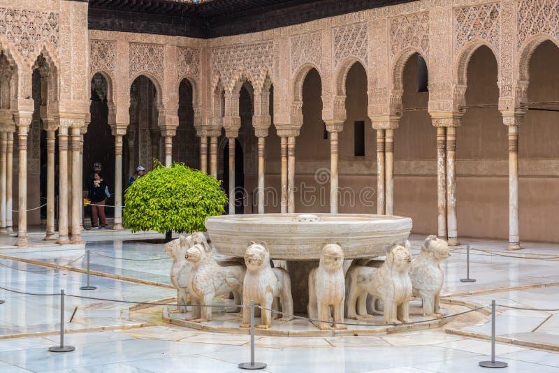 Una fuente con los leones Fuente de los Leones en la corte del ` s del león en el palacio del Nasrid, Alhambra, Granada, Andalucí imagen de archivo libre de regalías