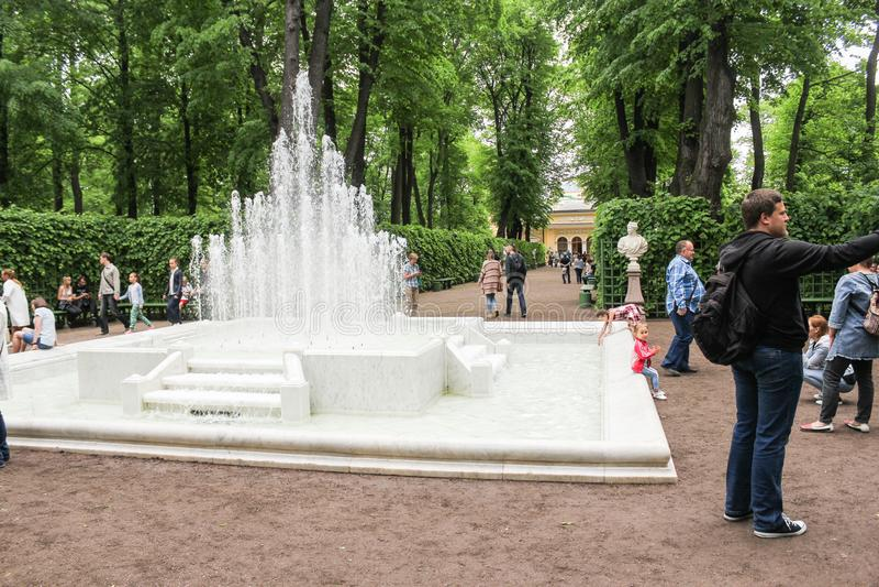 Una fuente de conexión en cascada grande en el sitio de Tsaritsyn fotos de archivo