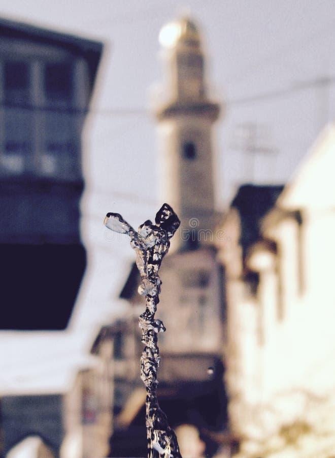 Una fuente tira para arriba delante de un alminar en Baku, Azerbaijan imágenes de archivo libres de regalías