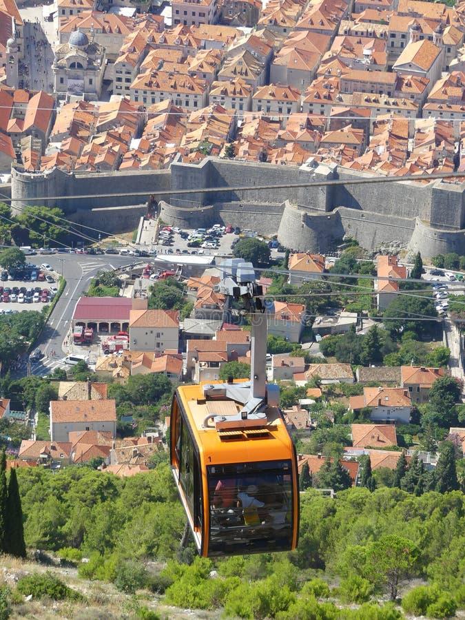 una funivia che raggiunge la cima della montagna sopra Dubrovnik immagine stock