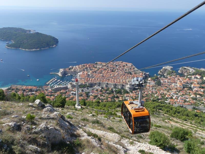una funivia che raggiunge la cima della montagna sopra Dubrovnik immagini stock libere da diritti