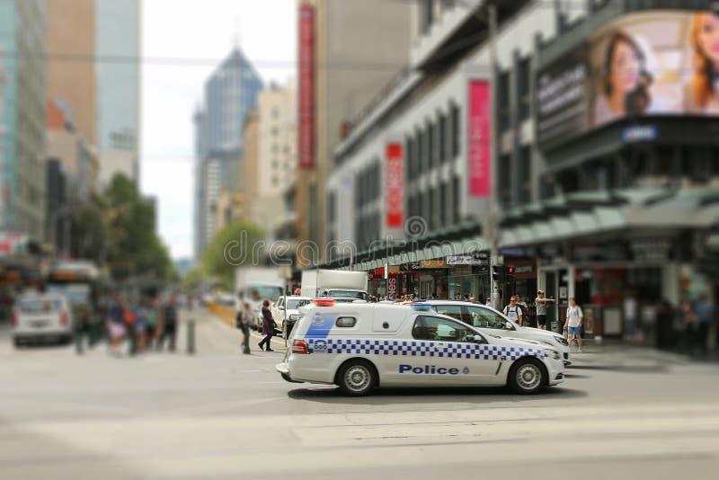 Una furgoneta divisional de la policía en Melbourne CBD en la intersección de las calles de Elizabeth y del Flinders imagenes de archivo