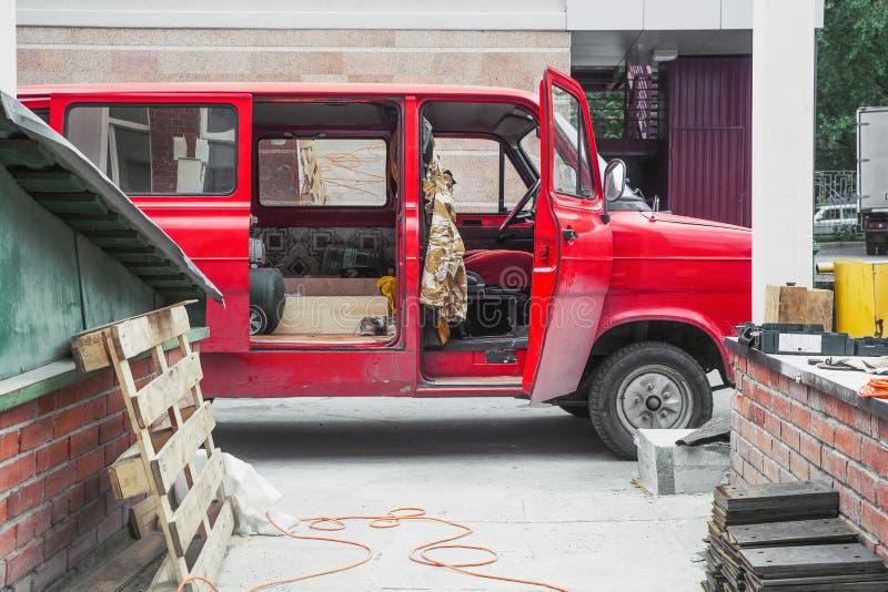 Una furgoneta vieja roja imagen de archivo libre de regalías