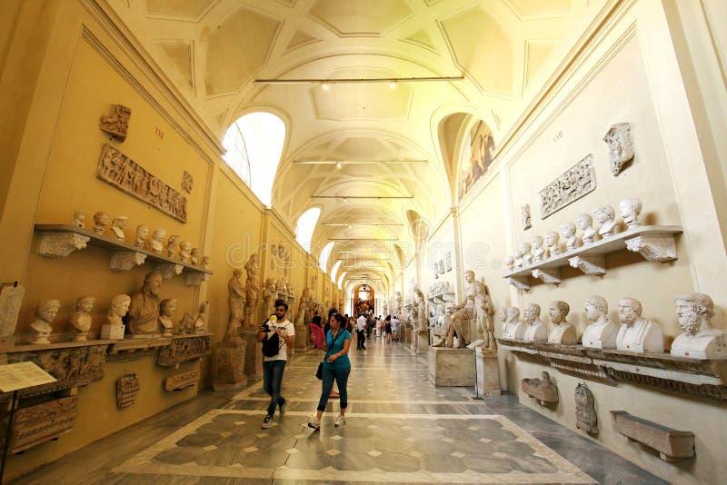 Una galería de la estatua y de la escultura en museo del Vaticano fotos de archivo libres de regalías