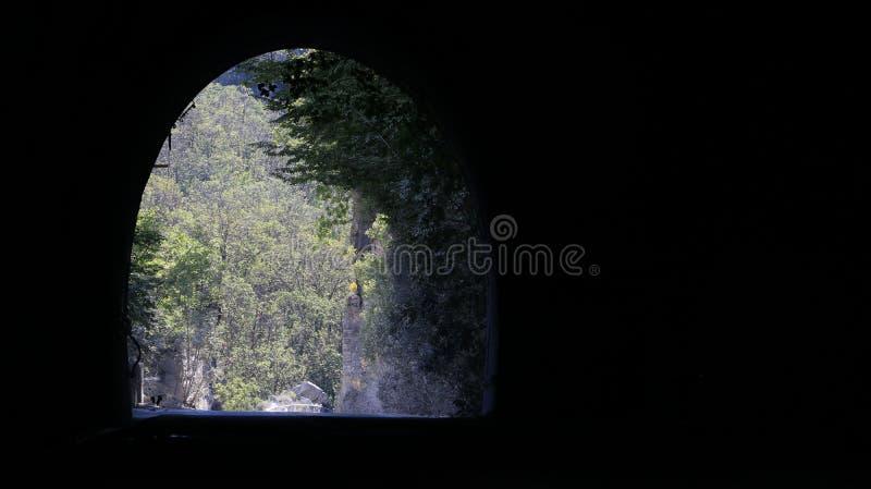 Una galleria nelle vie che conducono alle cave del marmo di Carrara fotografia stock libera da diritti