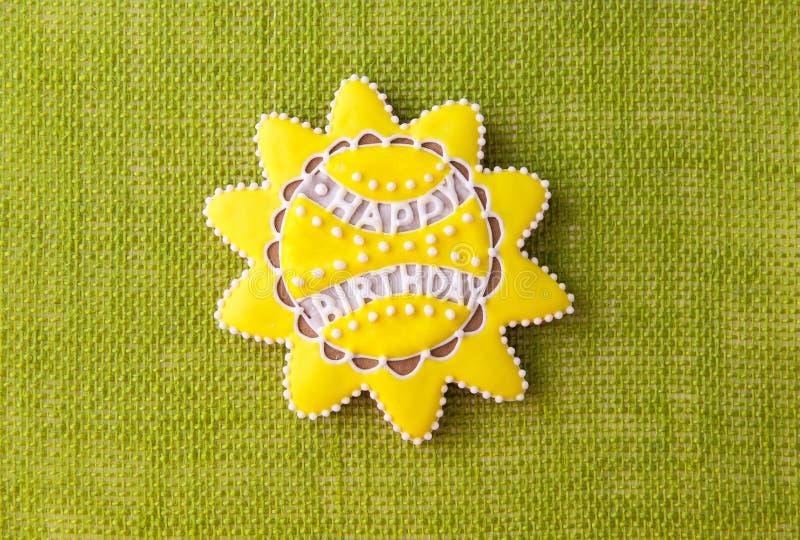 Una galleta con la escritura del feliz cumpleaños fotografía de archivo libre de regalías