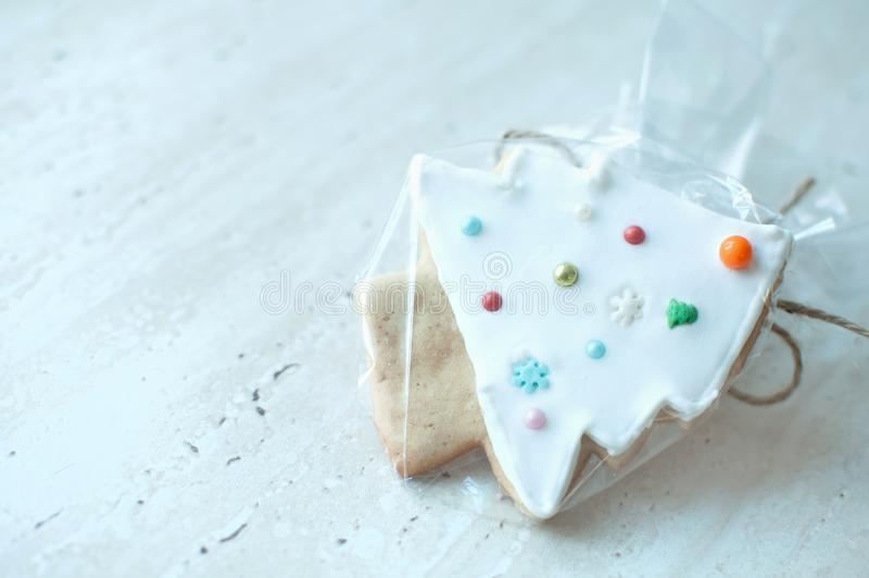 Una galleta del pan de jengibre de la Navidad en la forma de un primer blanco del árbol de navidad Foco selectivo, bokeh foto de archivo libre de regalías