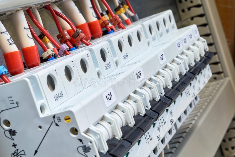Una gama de disyuntores modulares en el gabinete eléctrico imagen de archivo libre de regalías