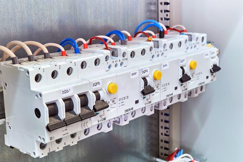 Una gama de diversos dispositivos eléctricos modulares en un gabinete eléctrico fotografía de archivo libre de regalías