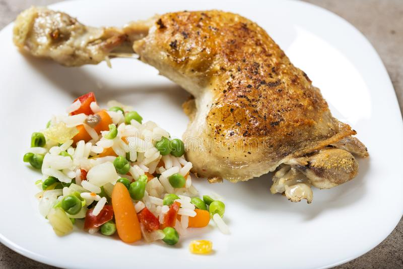 Una gamba di pollo fritto con le verdure bollite gradisce il riso, pe verde fotografia stock