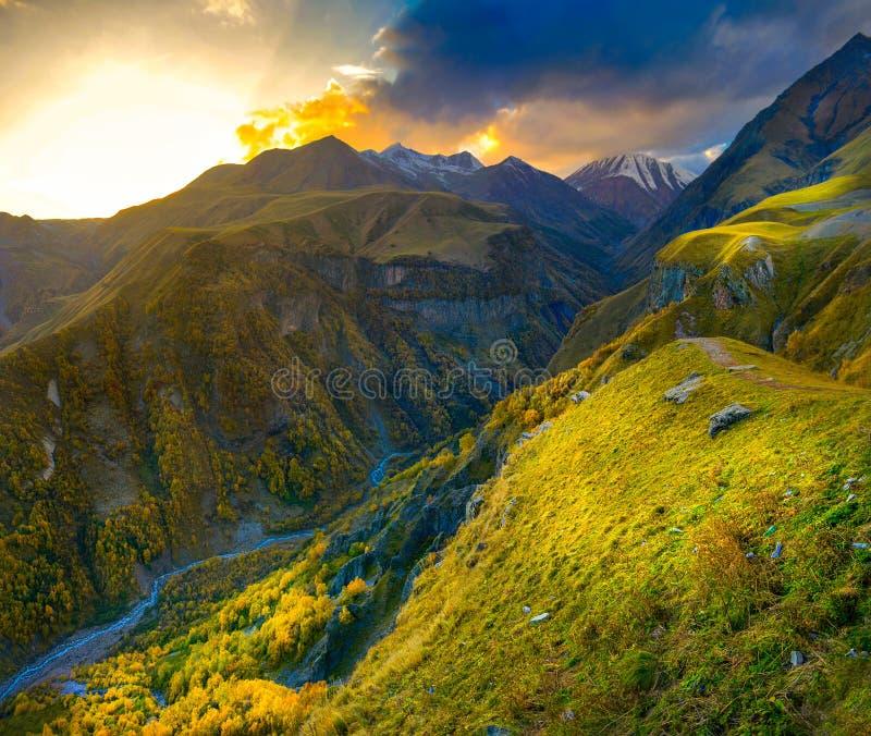 una garganta hermosa de la montaña en las montañas de Georgia, los bosques se cubre con las hojas de otoño brillantes, el río flu imagen de archivo libre de regalías