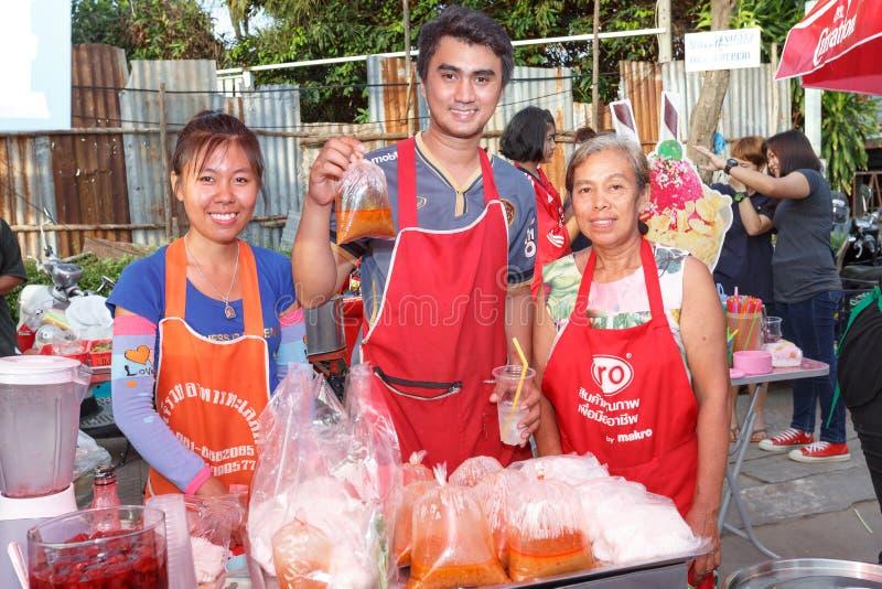 Una gente tailandesa no identificada vende la comida en el mercado Wall Street de la noche fotos de archivo libres de regalías