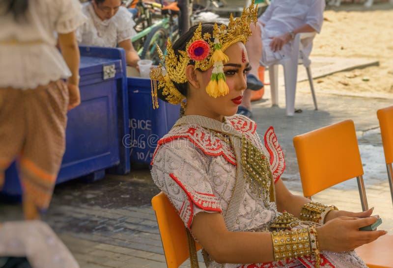 Una giovane, bella donna tailandese in un costume tradizionale e variopinto immagini stock