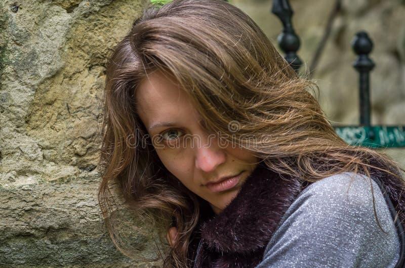 Una giovane bella ragazza con capelli lunghi cammina attraverso il parco di Stryjsky della molla a Leopoli immagini stock