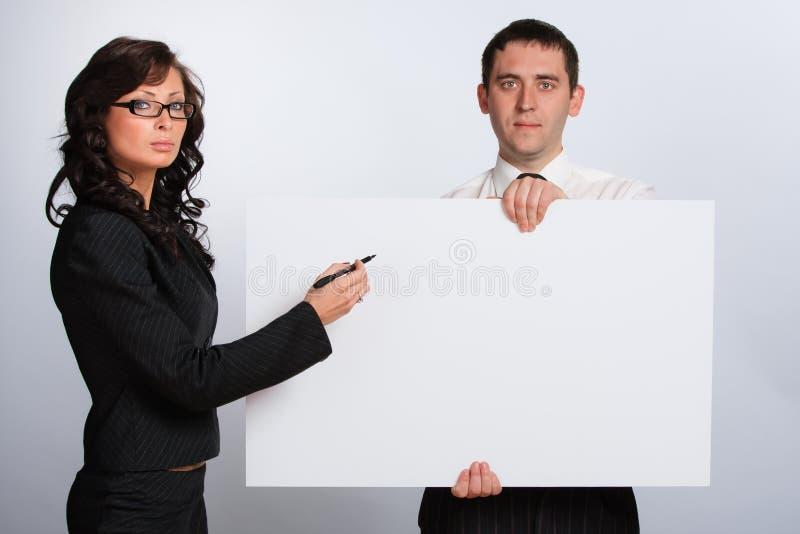 Una giovane coppia è in bianco fotografia stock