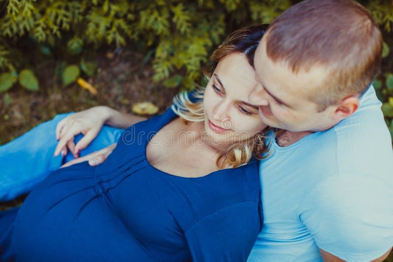 Una giovane coppia all'aperto immagini stock libere da diritti