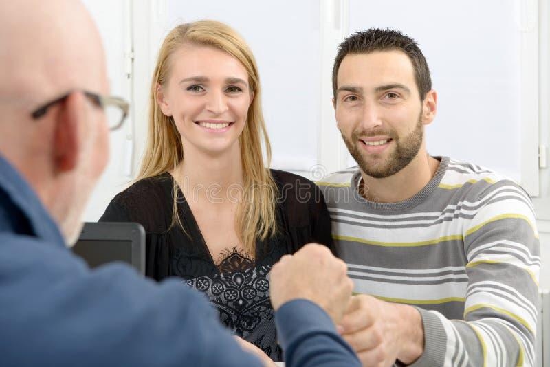 Una giovane coppia compra una casa fotografie stock