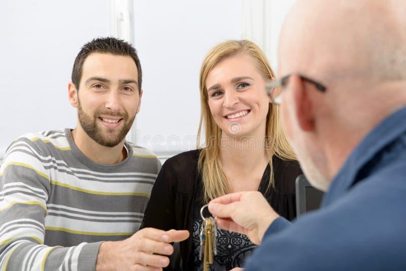 Una giovane coppia compra una casa immagini stock