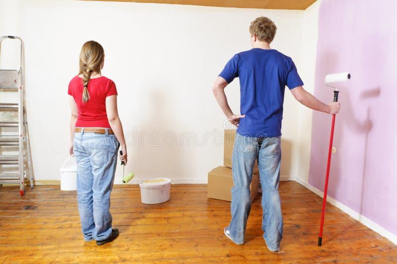Una giovane coppia nell'appartamento immagine stock