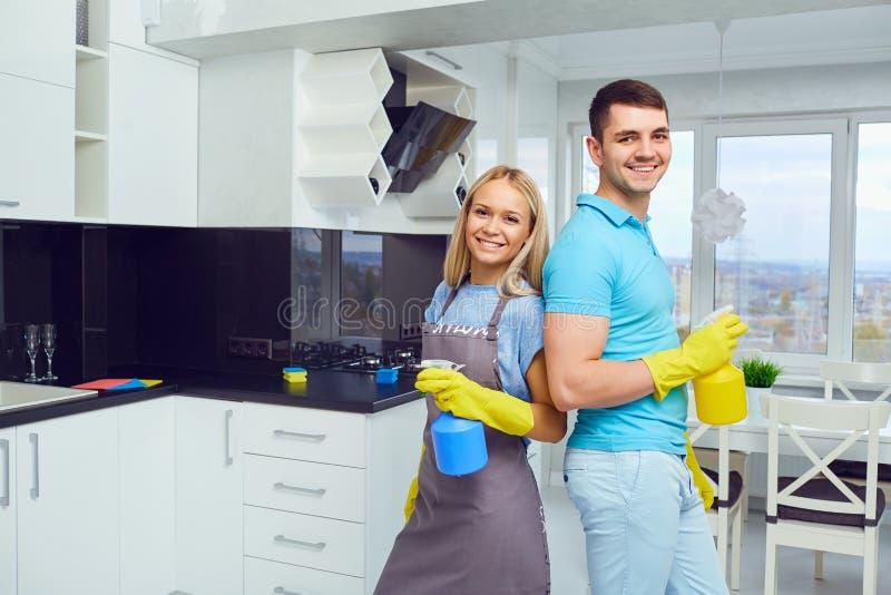 Una giovane coppia sta pulendo un appartamento immagine stock libera da diritti