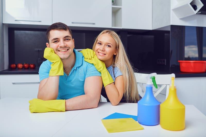 Una giovane coppia sta pulendo un appartamento fotografia stock libera da diritti