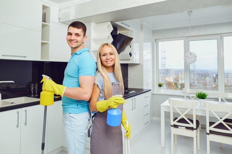 Una giovane coppia sta pulendo un appartamento fotografia stock