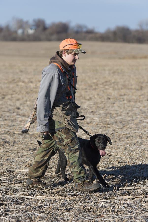 Una giovane del cacciatore caccia agli'uccelli fuori immagini stock libere da diritti
