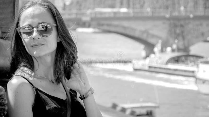 Una giovane donna attraente ha una giornata meravigliosa a Parigi fotografie stock libere da diritti