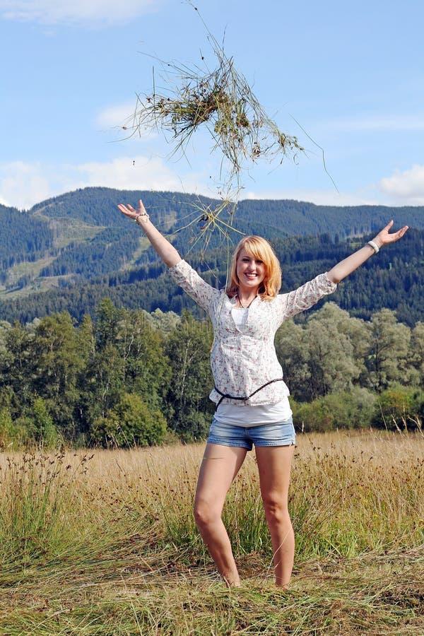 Una giovane donna in Baviera immagine stock libera da diritti